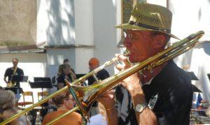 Die Lankwitz Horns als Marching Band im Kirchgarten Oberlenningen. Foto: Glaubke